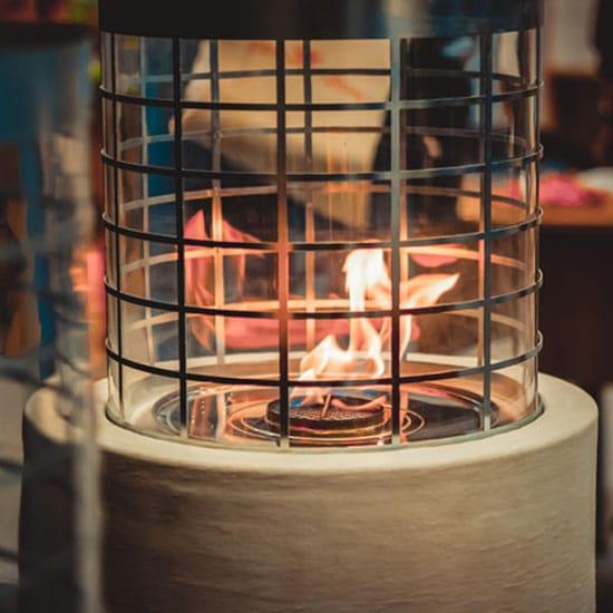 Flamme de bioethanol dans une cheminée circulaire.