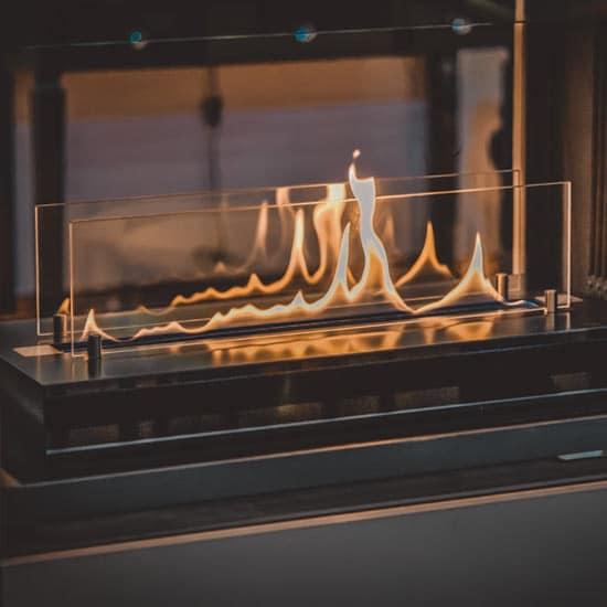 Petite cheminée au bio-ethanol à parois vitrées.